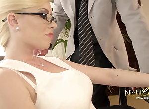 Der geilen Driver Sekretaerin auf bite the dust Brille gespritzt